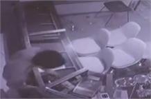 देखिए किस तरह शातिर चोर ने ज्वैलरी शॉप में सुराग बनाकर की चोरी