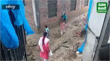 हमीरपुर स्कूल में पढ़ाई के स्थान पर बच्चों से करवाई सफाई