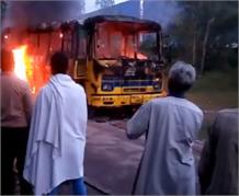 धू-धू कर जली कर्मचारियों से भरी बस, दिलदहला देने वाला हादसा LIVE