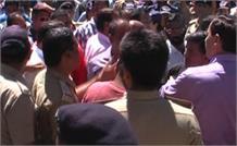 अतिक्रमण हटाने पर आपस में भिड़े कांग्रेस और बीजेपी कार्यकर्ता