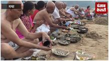 पितरों की मुक्ति के लिए पिंडदानियों ने मोक्षदायिनी गया में किया पिंडदान