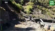 धूप खिलने के बाद भी सड़को पर गिर रही चट्टाने,चंबा लढ़ान मार्ग हुआ बंद