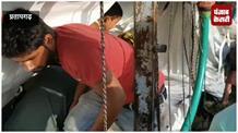 मछलियों से भरी ट्रक पलटी, ग्रामीण लूट ले गए मछली