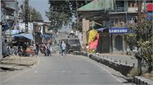 पुलवामा में राष्ट्रविरोधी तत्वों का कहर, सेना की गाड़ी पर बरसाए पत्थर