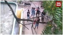 छेड़खानी का विरोध करने के बाद 8 मनचलों ने घर के बाहर लहराए पिस्टल