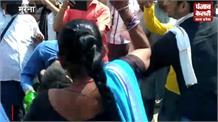 जेबतराशी कर रहा था युवक, जाग गई महिलाओं की दुर्गा
