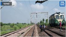 रेलवे की हाईटेंशन तारों पर पॉलीथिन चिपकने से ट्रेनें रद्ध, यात्री घंटों करते रहे इंतजार