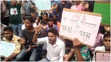 सफाई कर्मचारियों की हड़ताल में शामिल हुए बच्चे, परिजनों की मांगों को मानने की लगाई गुहार