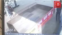 रुपए की जगह सिक्के देने पर पेट्रोल पंप कर्मचारी ने युवक को पीटा, LIVE वीडियो