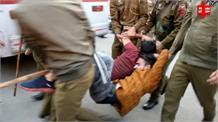 छात्रों की पुलिस के साथ धक्का-मुक्की, ABVP के कार्यकर्ता सड़क पर लेट