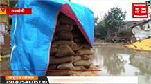 बारिश में भीगता रहा किसान का धान, आराम फरमाते रहे अफसर