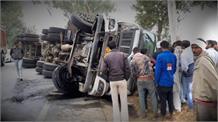अनियंत्रित होकर पलटा Chemical से भराTruck, Driver गंभीर रूप से घायल