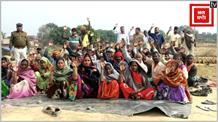 मांगों को लेकर पांचवे दिन विस्थापित ग्रामीणों का प्रदर्शन जारी