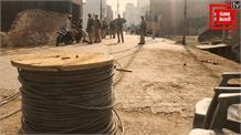 बिजली विभाग की टीम पर गुस्साए लोगों का हमला, दारोगा ने बचाव में निकाली पिस्टल