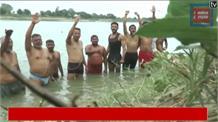 नदी की जलधारा मोड़ने पर ग्रामीणों ने किया चुनाव बहिष्कार, कर रहे हैं जल सत्याग्रह