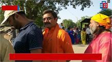 सूचना एवं कानून राज्य मंत्री नीलकंठ तिवारी पहुँचे मतदान केंद्र, लाइन में लगे किया मतदान
