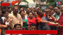 बीजेपी कार्यकर्ताओं ने मिठाई बांटकर किया खुशी का इजहार