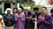 भारत-पाकिस्तान 'हाईवोल्टेज' मैच से पहले दुआओं का दौर, मुस्लिम भाइयों ने चादर चढ़ाकर मांगी जीत