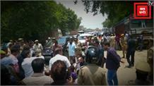 सोनभद्र नरसंहार: पीड़ितों से मिलने जा रहीं प्रियंका को रास्ते में रोका, मिर्जापुर में धरने पर बैठीं