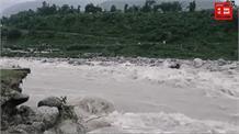 भारी बारिश से नदी में चला गया सौरभ वन विहार, न्युगल ने बदला रास्ता