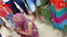 दबंग सास की दबंगई, बीच सड़क पर बहू को पीटा