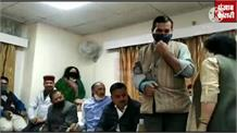 देखिए... जब मंच पर कुर्सी के लिए लड़ बैठे BJP नेता, कोरोना का तो ख्याल ही नहीं बस कैमरे के सामने बैठना था