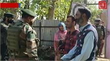 सोपोर में सुरक्षाबल और परिजनों की अपील पर दो आतंकवादियों ने किया सरेंडर