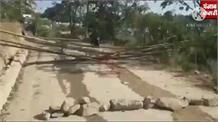 जानें क्यों गर्म हुए Hamirpur के लोग, क्यों बांस और पत्थरों से Road कर दिया बंद, दोनों तरफ जाम
