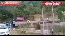 बिलासपुर के निहारी में सड़क हादसा,सीमेंट से भरा ट्रक खाई में समाया