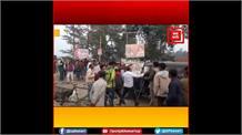 पुलिस के सामने गुंडों का तांडव: युवक को पीटते और गाली गलौज करते रहे दबंग, लाचार दिखी पुलिस