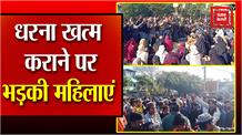 #Dehradun में #CAA के विरोध में मुस्लिम महिलाओं का प्रदर्शन, पुलिस ने की महिलाओं को हटाने की कोशिश