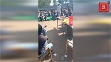 शर्मनाक! गणतंत्र दिवस के दिन स्कूल में सरपंच ने बांटी शराब, शिक्षक देखते रहे तमाशा