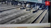 टोल पर कर्मचारी को घसीटते हुए ले गई कार, हादसे का CCTV फुटेज आया सामने