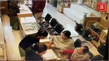 आंखों में धूल झोंकर कर्मचारियों के सामने चुराई सोने की चूड़ियां, CCTV में कैद वारदात