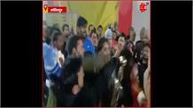 Lalitpur: सदर विधायक की पत्नी ने जड़ दिए युवक को थप्पड़, VIDEO VIRAL