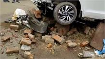 तेज रफ्तार गाड़ी ने 5 लोगों को मारी टक्कर, हादसे में पांचों गंभीर रूप से घायल