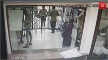 नकाबोश बदमाश ने हथियार के दम पर बैंक में की लूटपाट की कोशिश, घटना CCTV में कैद
