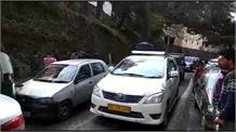 अनियंत्रित ट्रक ने मचाया कोहराम, कार और मोटरसाइकिल को रौंदा