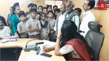 जनसुनवाई के दौरान छात्रों की पुकार, Collector Madam हमारी Teacher का Transfer रुकवा दो