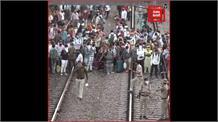 दिल्ली से रेलवे ट्रैक के जरिये मजदूर कर रहे घरों की ओर पलायन, देखें रिपोर्ट...