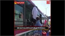 दिल्ली के आनंद विहार बस अड्डे पर हज़ारो लोगों की भीड़, 'घर जाने की बेकरारी कहीं करा न दे देरी'