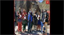 गरीबों की सेवा में जुटे अरविन्द सोसाइटी के सदस्य, बांटी राहत सामग्री