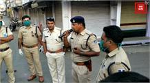 सड़कों पर एक साथ उतरे पुलिस, रावण और राक्षस, रैली निकाल लोगों का हौसला बढ़ाया