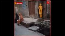 Lockdown: मुज़फ़्फरनगर में राशन लेने वालों की लगी लंबी लाइन, सोशल डिस्टेंस का पालन नही कर रहे हैं लोग