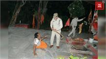 पुलिस की हैवानियत, पुजारी के साथ की मारपीट