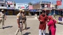 कोरोना की दहशत के बीच पुलिस कर्मियों चाय नाश्ता पहुंचा रहा टाहलीवाल का दंपत्ति