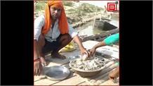 गंगा की गोद में पूरा कर रहे क्वारंटाइन, गुजरात से लौटे पर गांव में नही मिली एंट्री