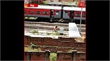 बीच रास्ते ट्रेन से उतर रहे प्रवासी मजदूर