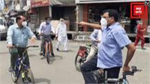 डीएम ने चलाई साइकिल, रामपुर का लिया जायज़ा