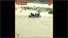 उफानती अलकनंदा नदी के बीचो बीच फंसा व्यक्ति, आपदा टीम ने जान पर खेलकर किया रेस्क्यू